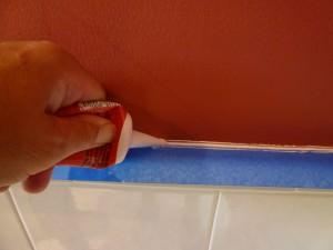 Заделка щели в ванной с помощью силикона