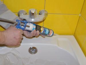 Заделка ванной силиконовым герметиком